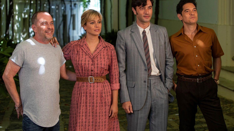 El director de 'El verano que vivimos', Carlos Sedes, junto a Blanca Suárez y Javier Rey en el rodaje. (EFE)