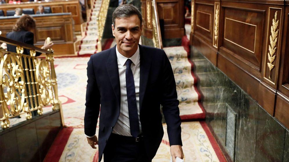 Foto: El presidente del Gobierno, Pedro Sánchez, tras asistir a la sesión de control al Ejecutivo en el Congreso. (EFE)