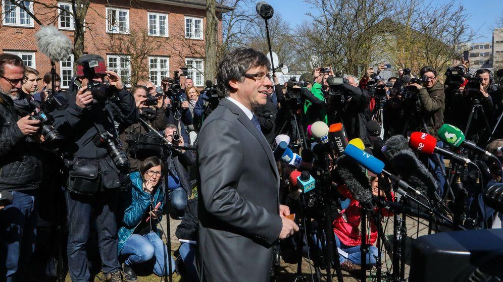 Foto: El expresidente de la Generalitat de Cataluña Carles Puigdemont (c) se dirige a los medios tras abandonar la cárcel de Neumünster. (EFE)