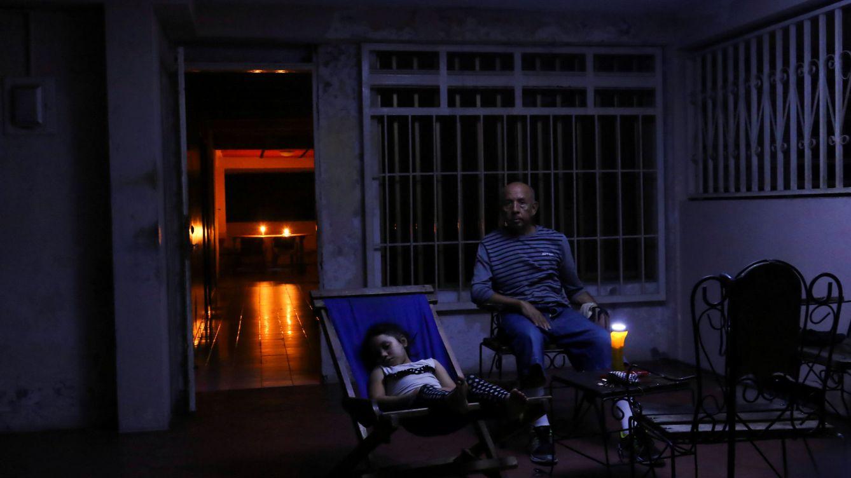 Foto: Una familia descansa en la puerta de su casa durante el apagón en la ciudad venezolana de Puerto Ordaz, el 9 de marzo de 2019. (Reuters)