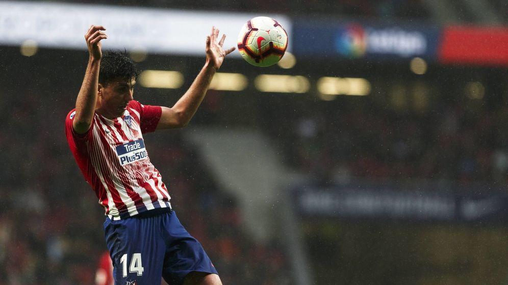 Foto: Rodrigo rematando un balón en el Wanda Metropolitano. (Cordon)