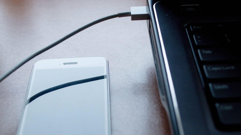 Muchas veces, si la batería no se carga bien es por culpa del propio cargador. (Imagen: Marco Verch   Flickr)