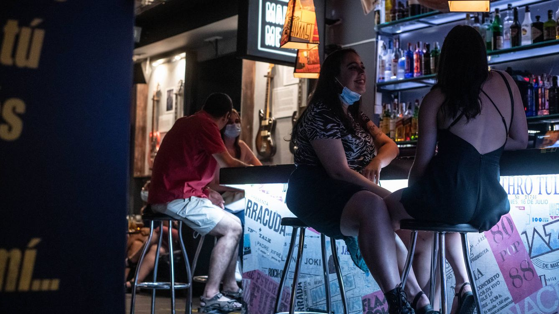 Foto: Un puñado de clientes apuran los últimos minutos de la noche madrileña en un local nocturno. (Carmen Castellón)