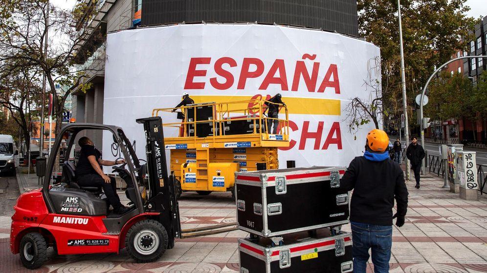 Foto: Operarios retiran los carteles electorales de la sede de Ciudadanos en Madrid. (EFE)