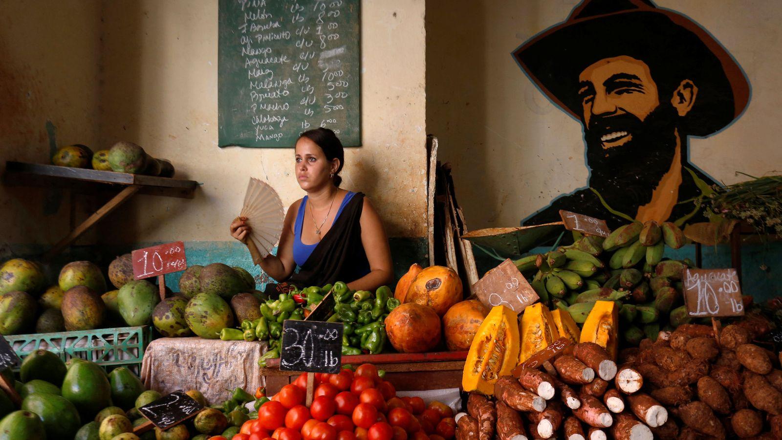 Foto: Una mujer vende vegetales en un mercado local en La Habana, el 21 de julio de 2018. (Reuters)