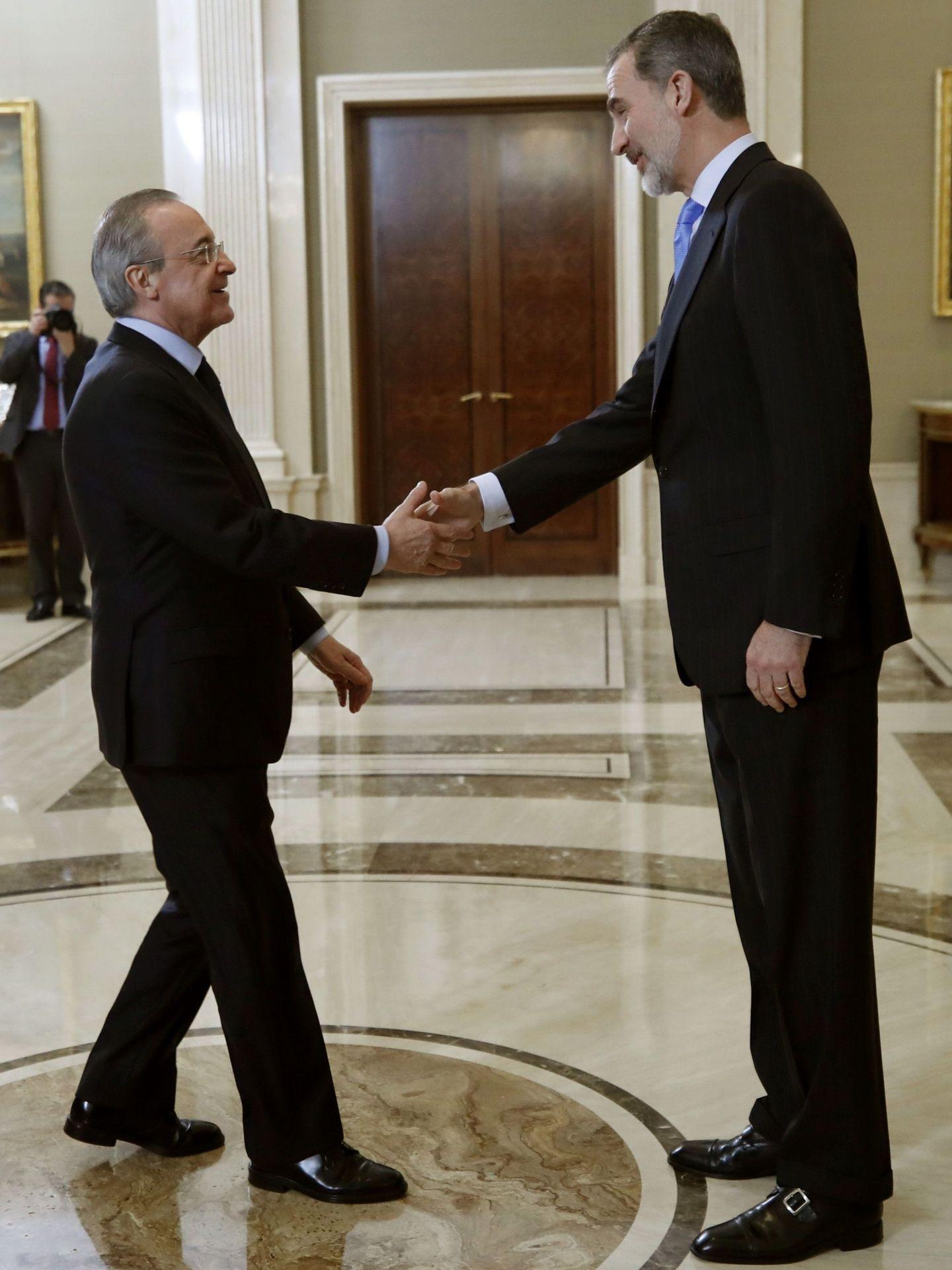 El presidente del Real Madrid, con el Rey. (EFE)