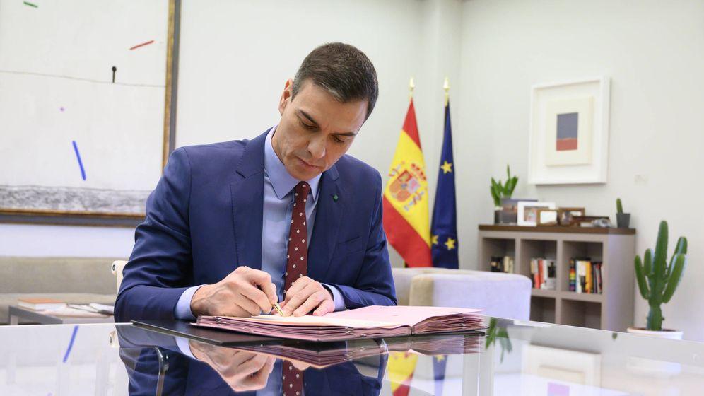 Foto: El presidente del Gobierno, Pedro Sánchez, firma los decretos de nombramiento de sus ministros. (Moncloa)
