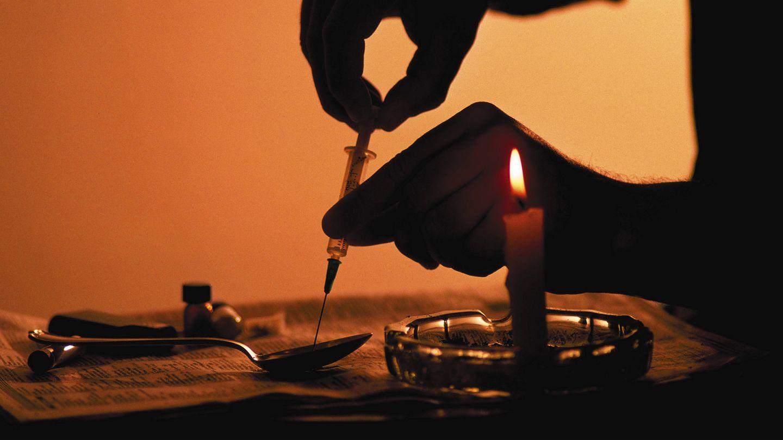 Un heroinómano prepara una dosis en un lugar indeterminado de EEUU (Roy Morsch, Corbis).