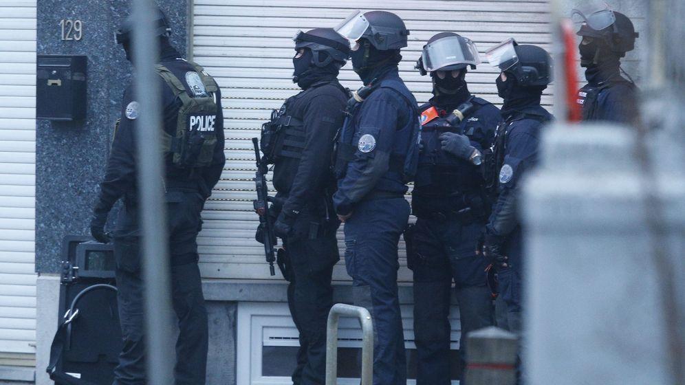 Foto: Agentes de seguridad toma posiciones este martes durante una operación policial en Bruselas, Bélgica. (Efe)
