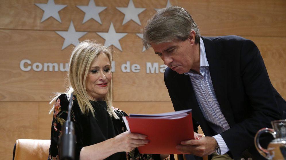 Foto: Cristina Cifuentes junto al consejero de Presidencia, Justicia y Portavoz de la Comunidad de Madrid, Ángel Garrido. (EFE)