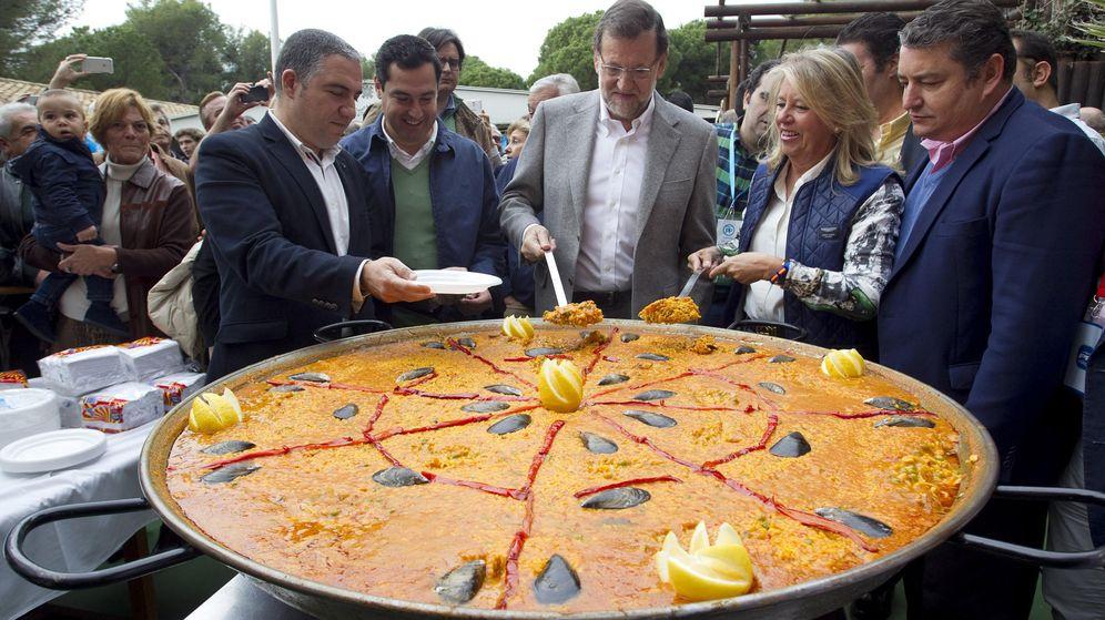 Foto: Mariano Rajoy (c), el presidente regional del PP, Juanma Moreno (2i), el presidente provincial, Elías Bendodo (i), la exalcaldesa de Marbella Ángeles Muñoz (2d) y el delegado del Gobierno en Andalucía, Antonio Sanz. (EFE)