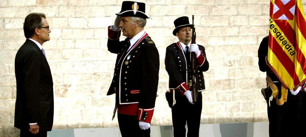 Foto: El presidente de la Generalitat, Artur Mas (i), recibe novedades de la formación de Mossos d'Esquadra. (EFE)