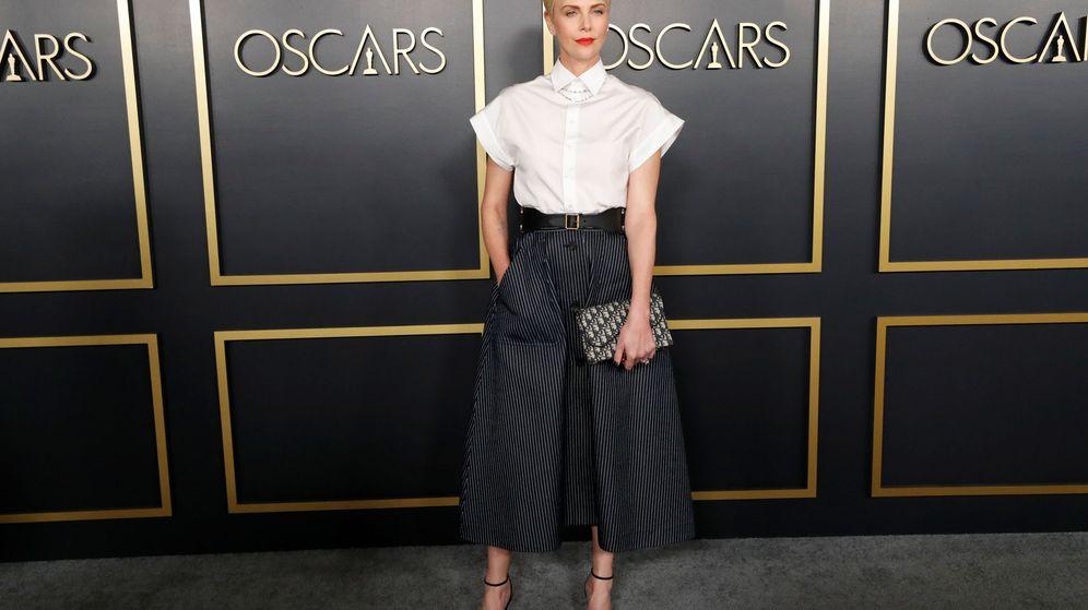 Foto: Charlize Theron y su falda con estampado de raya diplomática. (Reuters)