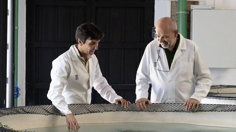 Domezain, a la derecha, comprueba el producto junto a Cadenas, CEO de la empresa. (Colectivo Verbena)