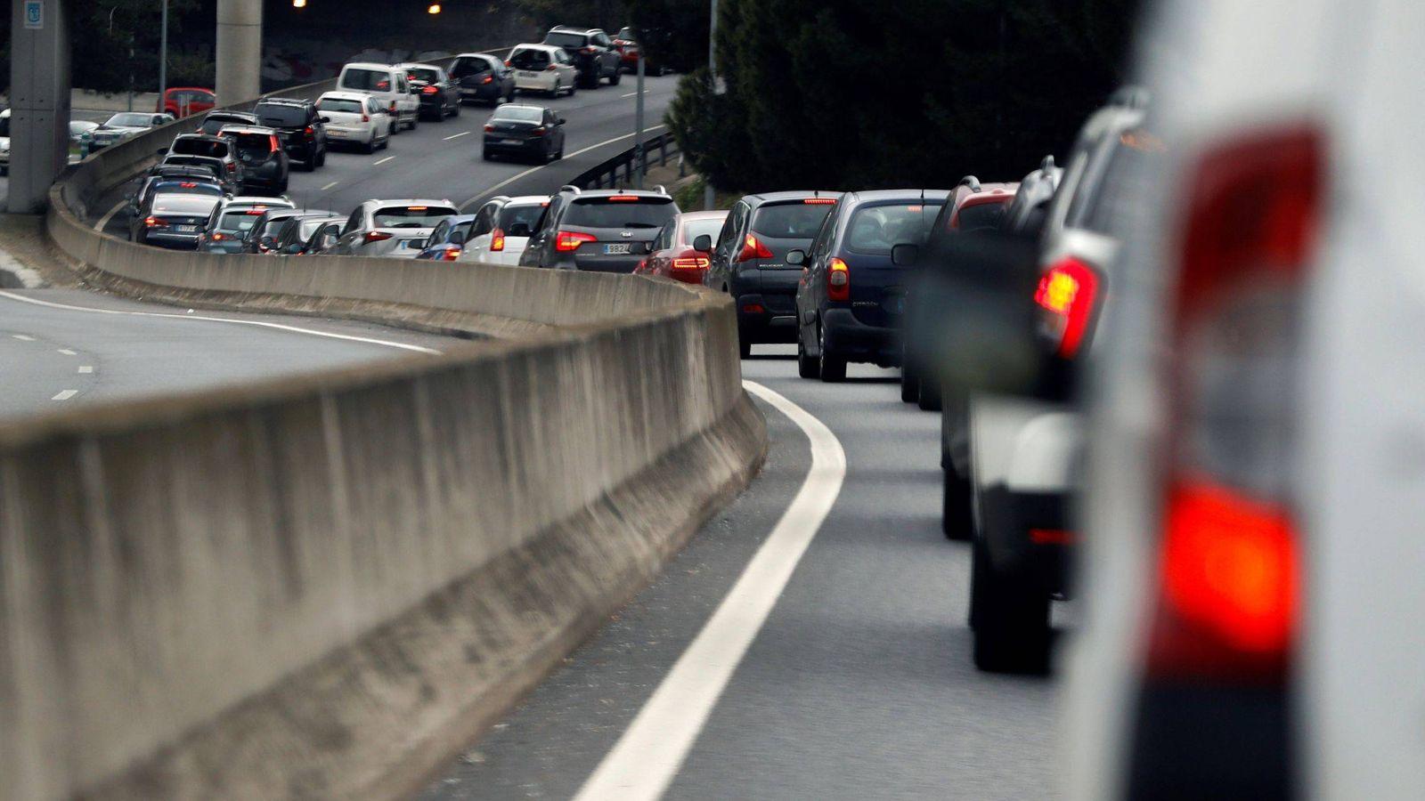 Foto: Complicaciones en la carretera tras un accidente de tráfico - Archivo. (EFE)