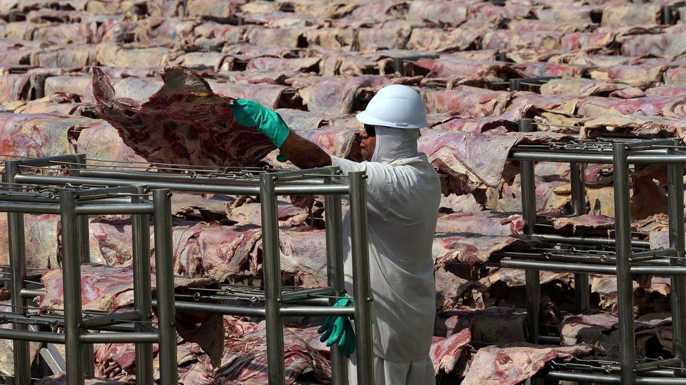 Foto: Un trabajador en una fárbica de JBS S.A., el mayor productor de carne del mundo, en Santana de Parnaiba, Brasil (Reuters)
