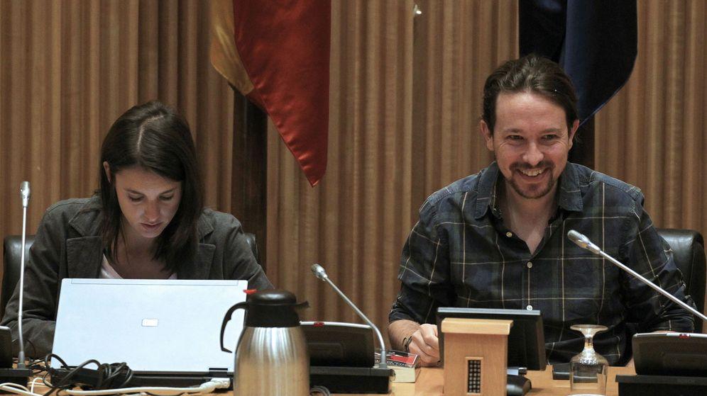 Foto: El secretario general de Podemos, Pablo Iglesias, y la portavoz del grupo parlamentario, Irene Montero, al inicio hoy de la primera reunión del grupo parlamentario confederal de Unidos Podemos en el Congreso. (EFE)