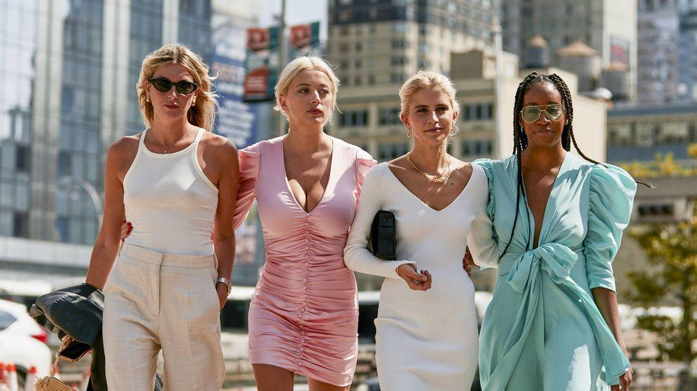 Foto: Nos inspiramos en los mejores looks de street style para nuestras compras de rebajas. (Imaxtree)