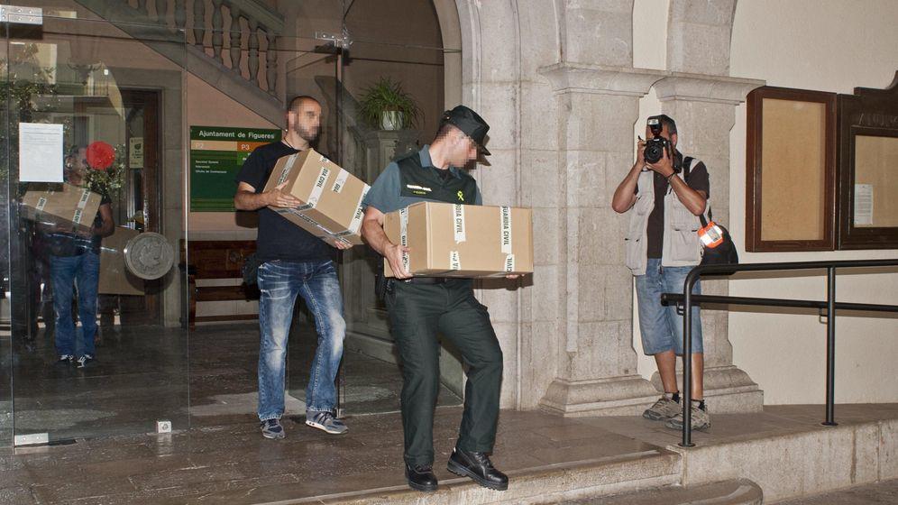 Foto: Registro de la Guardia Civil en el Ayuntamiento de Figueres (Girona). (EFE)