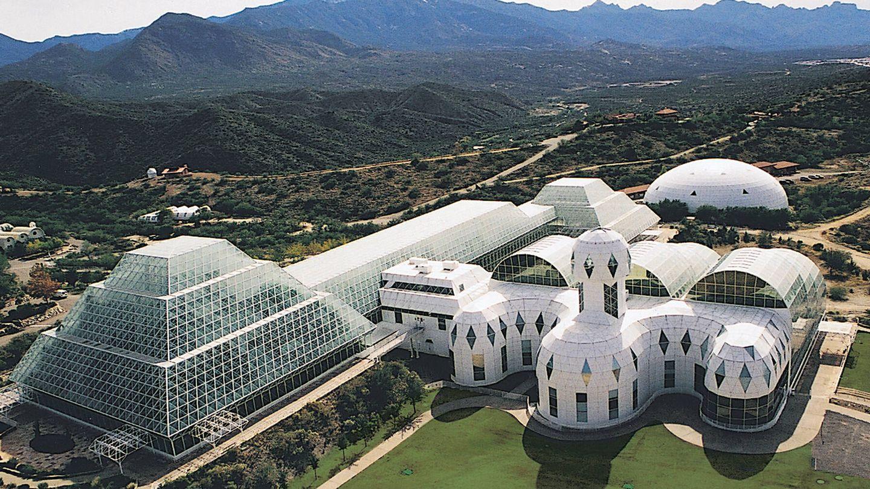 Los edificios y cúpulas que conforman Biosfera 2. (Filmin)