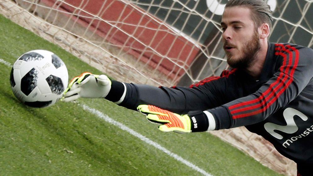 Foto: David de Gea se estira para atrapar un balón durante un entrenamiento con la selección española. (EFE)