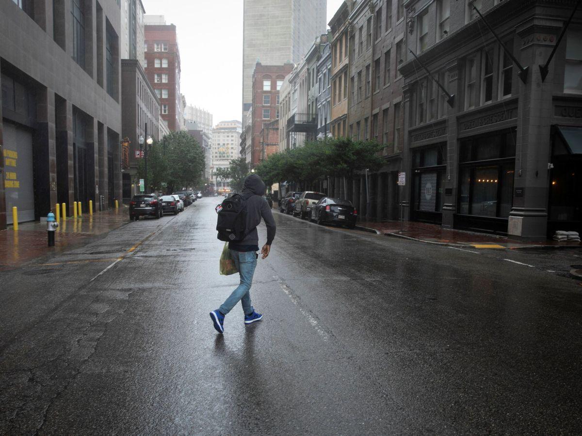 Foto: Un hombre anda por Nueva Orleans durante el azote del huracán Ida. (Reuters)