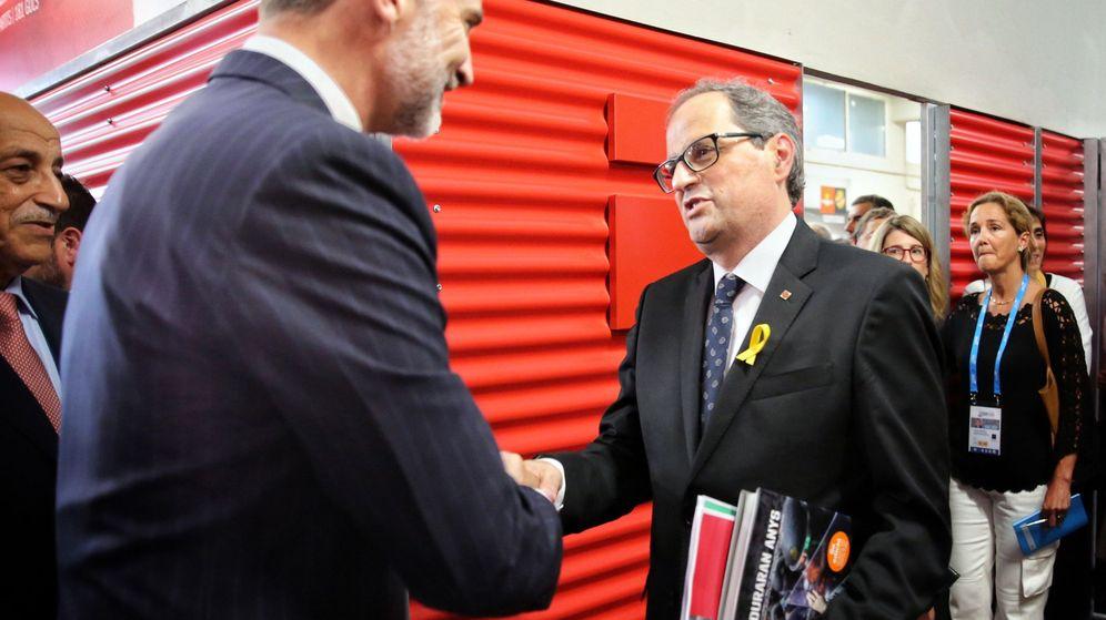 Foto: Quim Torra, saludando al rey Felipe, a quien le hizo entrega de un libro de fotos sobre las cargas del 1 de octubre, antes de la inauguración de los XVIII Juegos Mediterráneos. (EFE)