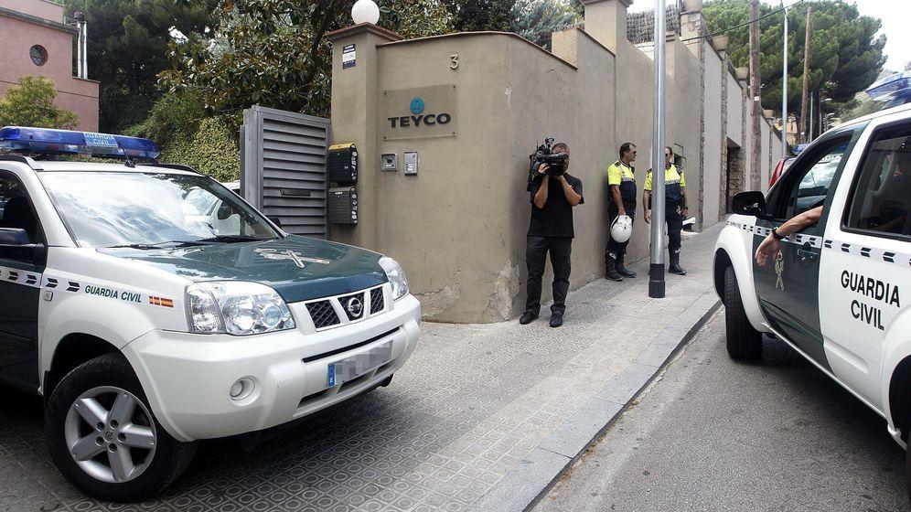 Foto: Efectivos de la Guardia Civil, durante el registro en la empresa Teyco. (EFE)