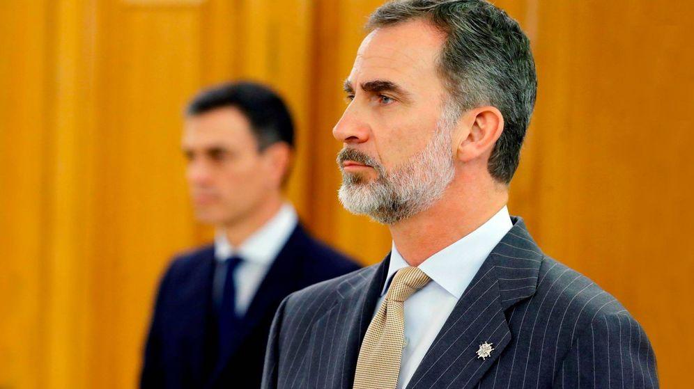 Foto: El rey Felipe, con gesto serio, junto a Pedro Sánchez. (EFE)