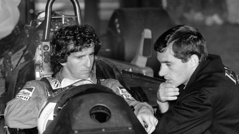 Ayrton Senna y Alain Prost charlando.