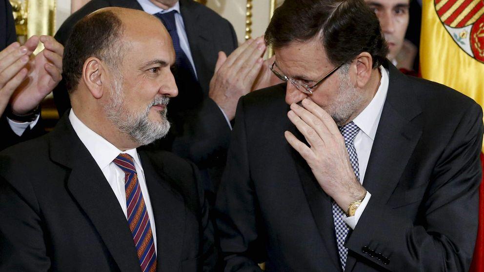 Rajoy conversa con el presidente del TC, Pérez de los Cobos. (EFE)