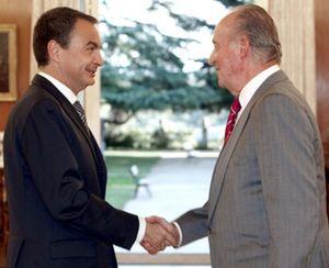 Zarzuela castiga a la prensa para que Zapatero y Rajoy no le roben protagonismo al Rey