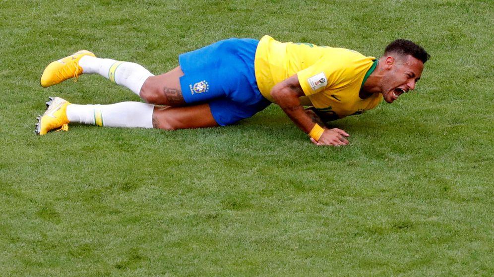 Foto: Neymar, quejándose de una falta recibida en el partido ante México. (Reuters)