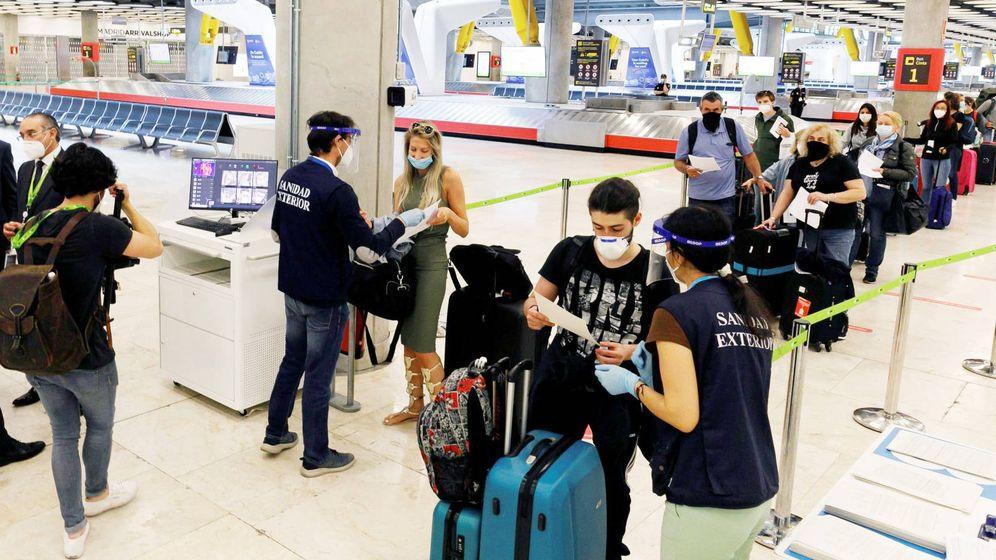 Foto: Control de pasajeros en el aeropuerto de Madrid. (EFE)