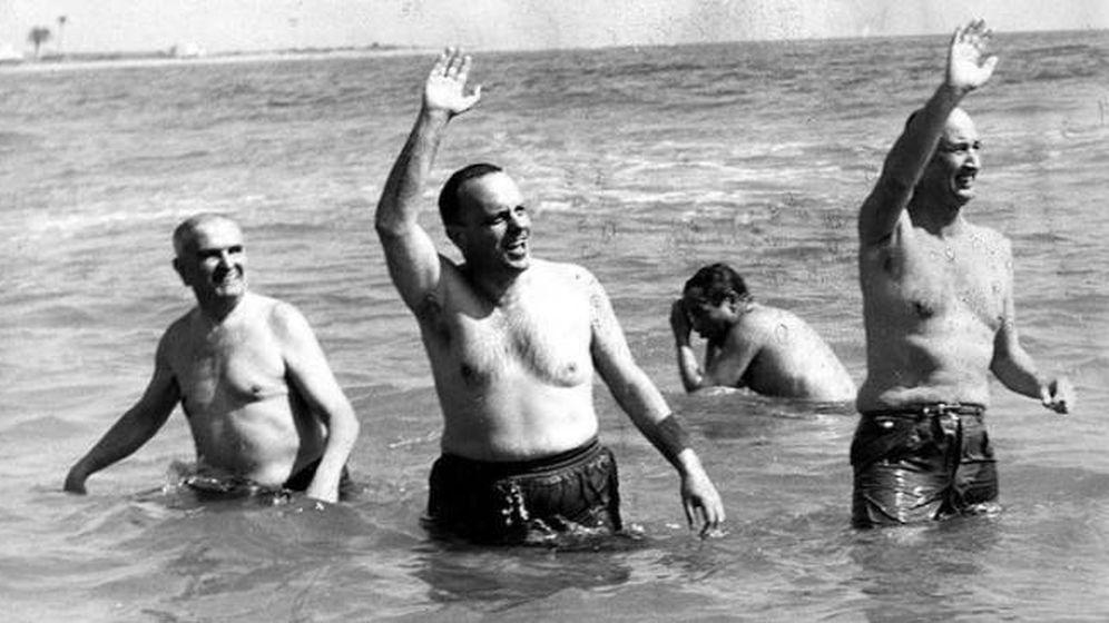 Foto: Manuel Fraga, ministro del gobierno, se baña en Palomares para demostrar que no suponía ningún riesgo (1966)