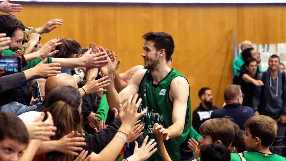 Foto: Xabi López-Arostegui celebra con los aficionados la victoria ante el Valencia Basket. (EFE)