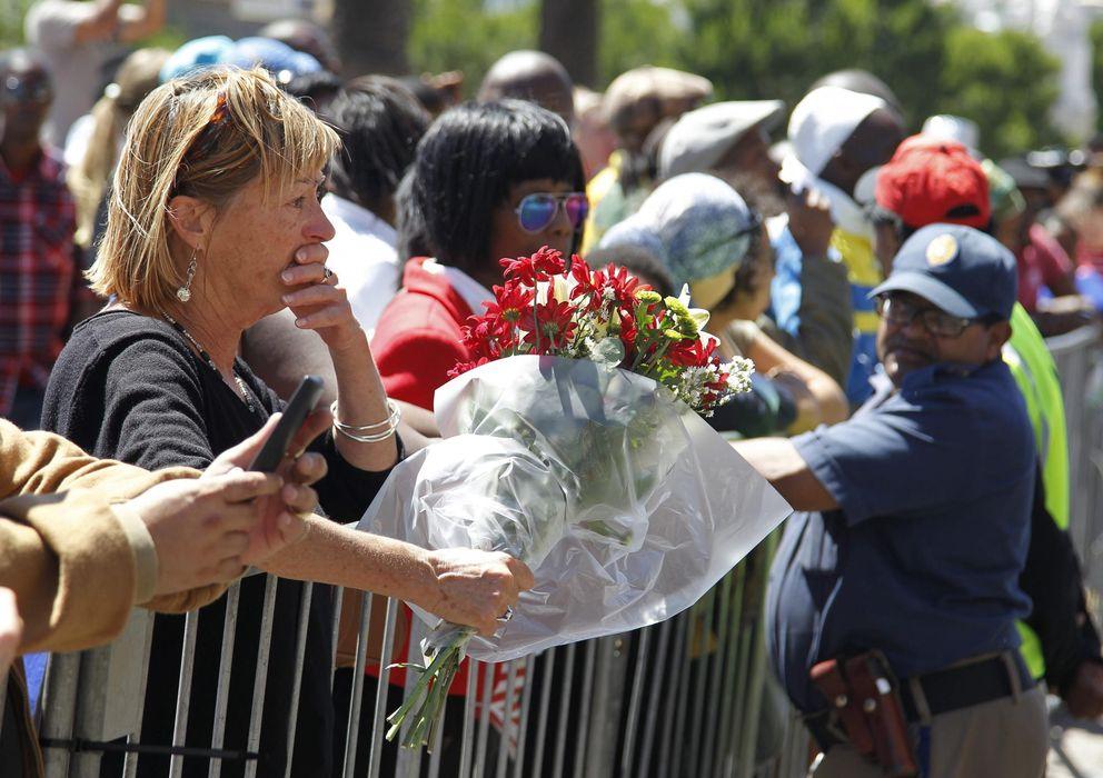 Foto: Sudafricanos lloran la muerte de su expresidente Nelson Mandela frente al Ayuntamiento de Ciudad del Cabo (Efe).