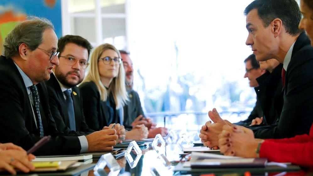 Foto: El presidente del Gobierno, Pedro Sánchez (d), y el presidente de la Generalitat, Quim Torra (i), conversan durante la primera reunión de la Mesa de Diálogo sobre Cataluña. (EFE)