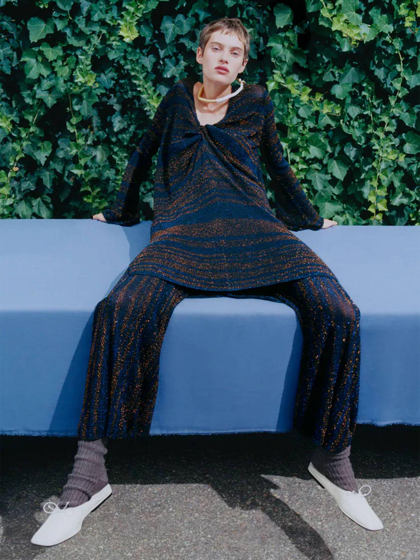 Un dos piezas cómodo y estiloso para ir de fiesta se encuentra en las novedades de Zara. (Cortesía)