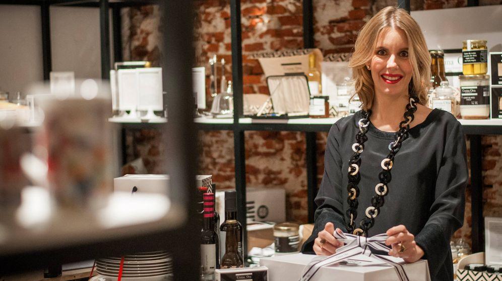 Foto: Cristina Oria en su tienda preparando una de sus populares cestas. (Vanitatis/Carmen Castellón)