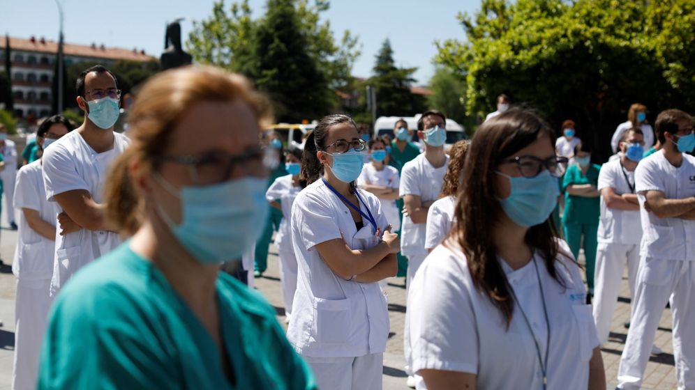 Foto: Decenas de sanitarios del Hospital Universitario de La Paz de Madrid. (EFE)