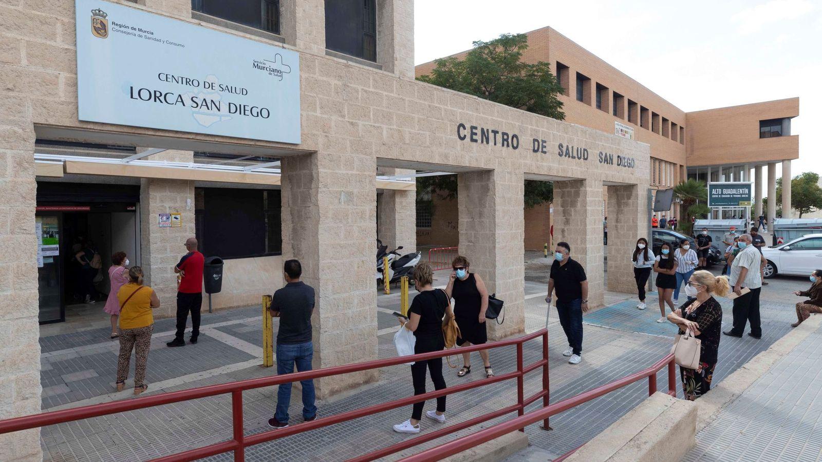Foto: Varias personas esperan para hacerse una prueba PCR en el Centro de Salud del barrio de San Diego de Lorca, Murcia. (EFE)