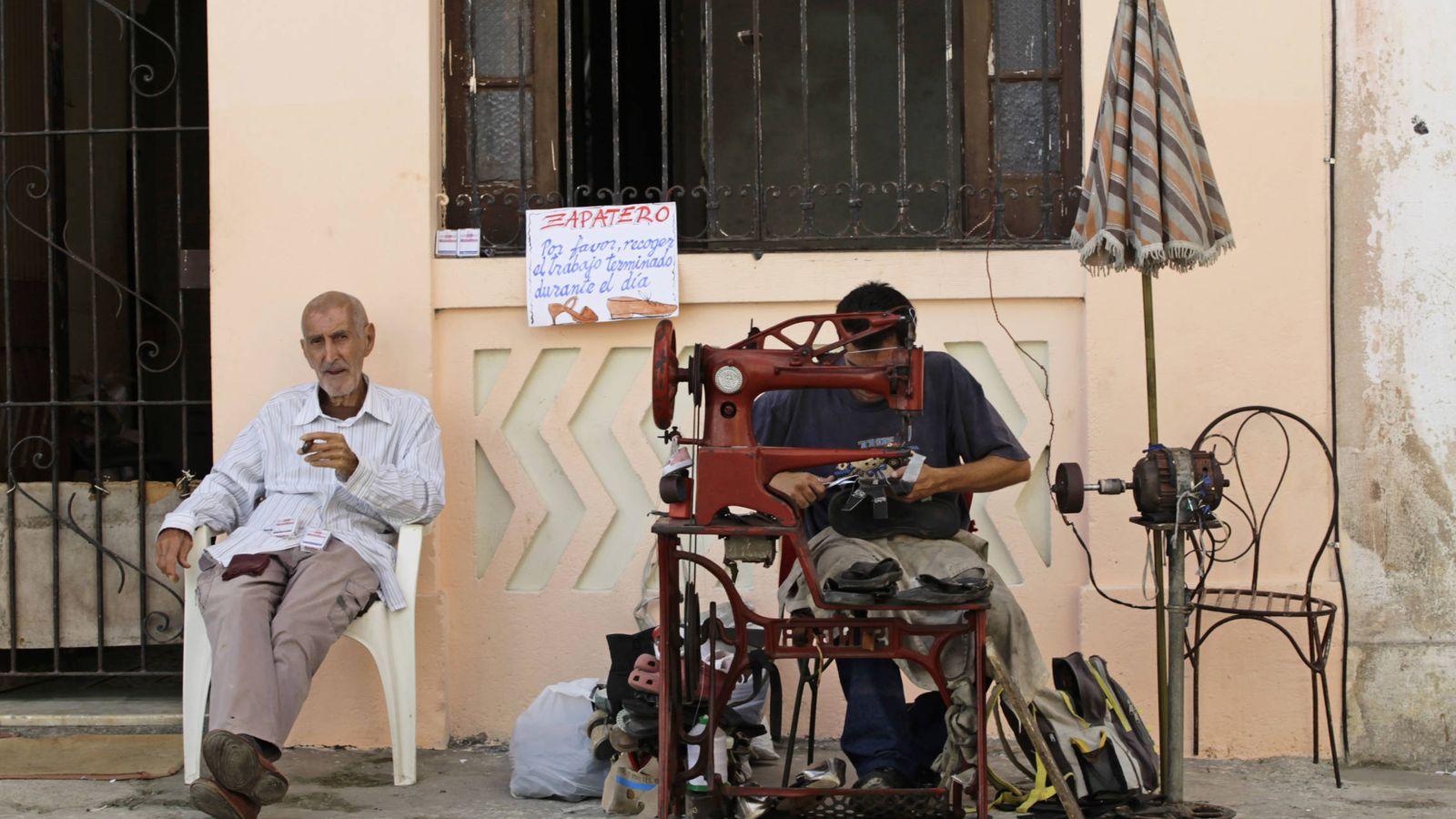 """Foto: Un """"cuentapropista"""" autorizado trabaja como zapatero en una calle de La Habana, en febrero de 2012 (Reuters)"""