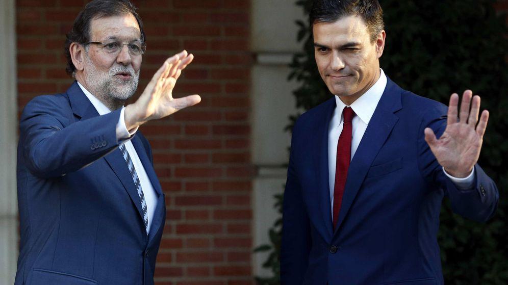 Foto: El presidente del Gobierno en funciones, Mariano Rajoy, junto al secretario general del PSOE, Pedro Sánchez, en La Moncloa. (EFE)