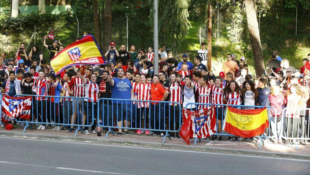 Foto: Aficionados del Atlético delante del hotel de concentración del equipo rojiblanco. (EFE)