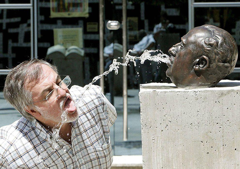 Foto: Un hombre bebe de la fuente con cabeza de Franco, obra de Fernando Sánchez Castillo, expuesta en Caldas de Reis (Pontevedra), en 2008. (EFE)