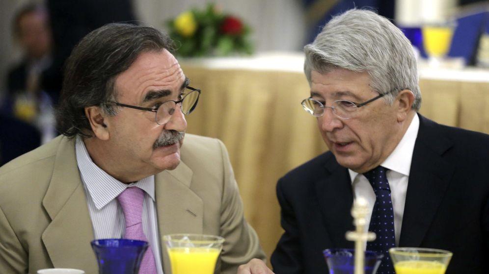 Foto: El presidente de Kiss FM, Blas Herrero (i), conversa con el presidente del Atlético de Madrid, Enrique Cerezo. (EFE)