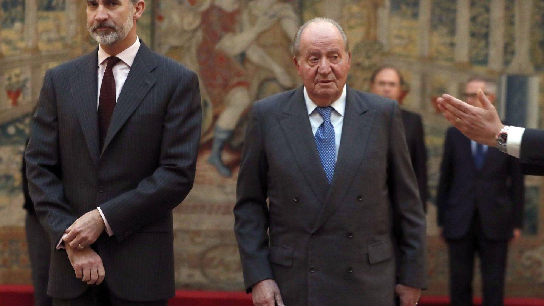 Felipe VI y el rey Juan Carlos reciben en audiencia en el Palacio de El Pardo en una foto de archivo. (EFE)