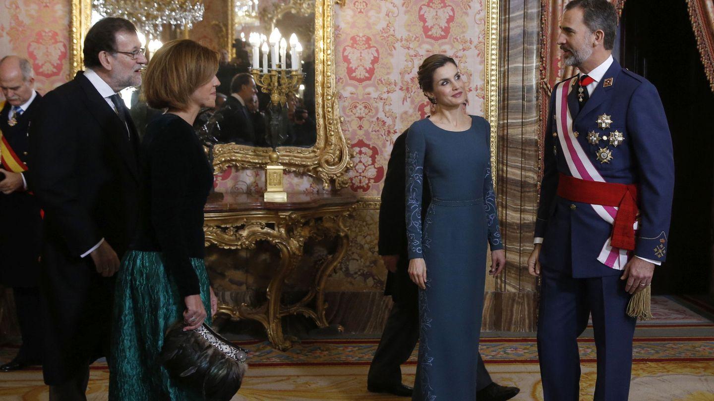 Los Reyes con el presidente y Cospedal (Efe)