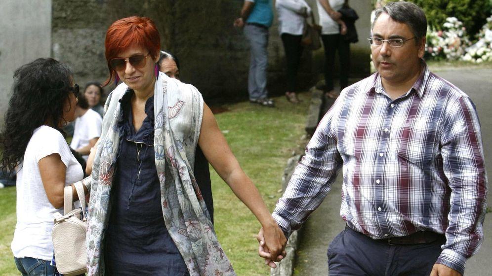 Foto: Sandra Ortega y su marido, en el funeral de Rosalía Mera. (EFE)